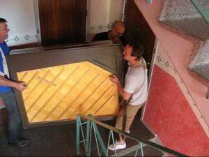 Flytta piano tips visar hur två män bär ett piano.